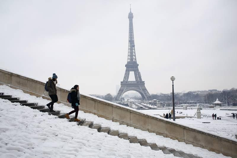Eiffel Tower closed due to snow in Paris